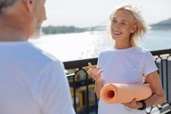 Жизнерадостная старшая женщина общаясь с ее супругом Стоковые Изображения RF