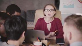 Жизнерадостная счастливая женская исполнительная власть воодушевляя и ободряя счастливые многонациональные коллег на встрече в со сток-видео