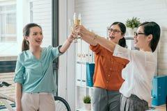 Жизнерадостное молодые люди смотря возбужденный Стоковое Изображение