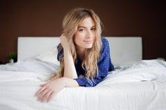 Жизнерадостное утро Портрет очаровательной девушки в спальне Стоковые Фото