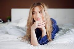Жизнерадостное утро Портрет очаровательной девушки в спальне Стоковое Изображение