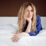 Жизнерадостное утро Портрет очаровательной девушки в спальне Стоковые Изображения RF