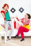 жизнерадостно выберите помогать подруги девушки одежд Стоковое Изображение RF