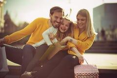 Жизнерадостно семья в городке стоковая фотография rf