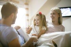 Жизнерадостно счастливая семья дома стоковые фото