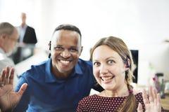 Жизнерадостные бизнесмены в офисе Стоковая Фотография RF