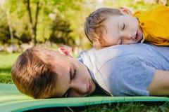 Жизнерадостные 2 брать спят ложь на траве Стоковая Фотография RF