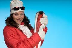 жизнерадостные детеныши женщины лыж красного цвета удерживания Стоковые Фотографии RF