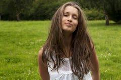 жизнерадостные детеныши женщины smiley парка Стоковое Изображение