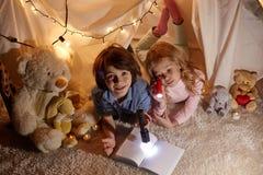 Жизнерадостные дети имеют время потехи стоковое изображение rf