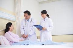 Жизнерадостные доктора позаботить о пациент Стоковая Фотография