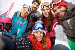 Жизнерадостные друзья на катании на лыжах Стоковое Изображение RF