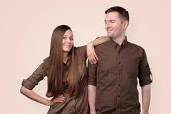 Жизнерадостные европейские молодые пары в коричневых одеждах стоковые изображения
