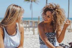Жизнерадостные женщины беседуя на пляже Стоковые Фото