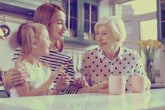 Жизнерадостные женщины говоря о их летних каникулах стоковое изображение