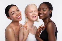 Жизнерадостные женщины с различным чувством кожи счастливым совместно стоковое фото rf