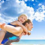 Жизнерадостные здоровые мать и ребенок на береге моря имея время потехи стоковое изображение rf
