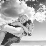 Жизнерадостные здоровые мать и ребенок на береге моря имея время потехи стоковые изображения rf