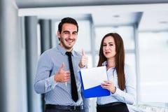 Жизнерадостные коллеги дела давая большие пальцы руки вверх Стоковое Изображение RF