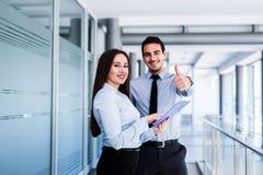 Жизнерадостные коллеги дела давая большие пальцы руки вверх Стоковая Фотография RF
