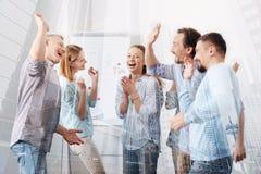 Жизнерадостные коллеги празднуя успешный проект совместно Стоковое Изображение RF