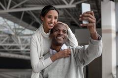 Жизнерадостные любовники принимают фото на мобильном телефоне Стоковые Фото