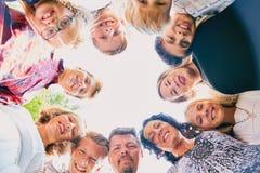 Жизнерадостные 11 людей стоя в круге Стоковое Изображение RF