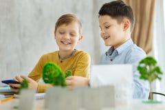 Жизнерадостные мальчики работая на их проекте экологичности Стоковые Фото