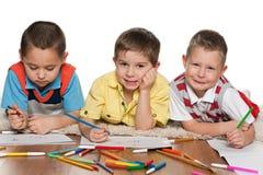 Жизнерадостные мальчики рисуя на бумаге стоковое изображение rf