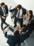 Жизнерадостные молодые бизнесмены давать высоко--5 пока их coll Стоковое Изображение