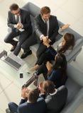 Жизнерадостные молодые бизнесмены давать высоко--5 пока их coll Стоковое Изображение RF