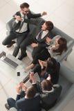 Жизнерадостные молодые бизнесмены давать высоко--5 пока их coll Стоковое Фото