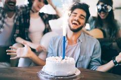Жизнерадостные молодые друзья имея потеху на партии Стоковая Фотография