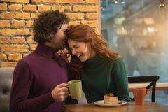 Жизнерадостные молодые любовники имея потеху в столовой стоковые фото