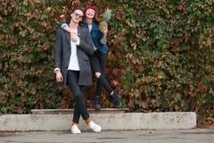 Жизнерадостные молодые пары имея потеху и смеясь над совместно outdoors Стоковое Изображение