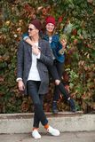 Жизнерадостные молодые пары имея потеху и смеясь над совместно outdoors Стоковое фото RF