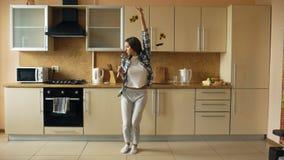 Снимает на камеру на кухне танец подруги