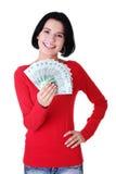 Жизнерадостные наличные деньги заполированности удерживания молодой повелительницы Стоковая Фотография