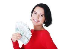Жизнерадостные наличные деньги удерживания молодой повелительницы Стоковые Фотографии RF