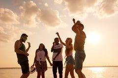 Жизнерадостные острокомедийные друзья танцуя совместно Стоковые Фото