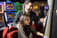 Жизнерадостные пары выигрывая некоторые деньги стоковое изображение rf