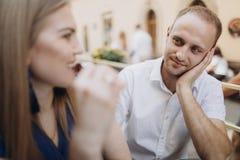 Жизнерадостные пары в ресторане с стеклами красного вина Молодые стоковые фото
