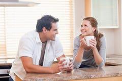 Жизнерадостные пары имея кофе совместно Стоковое фото RF