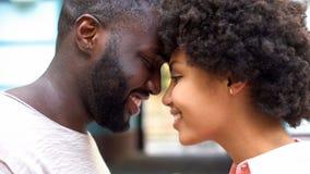 Жизнерадостные пары нюхая, романтичные моменты, единение отношения, привязанность стоковые фото