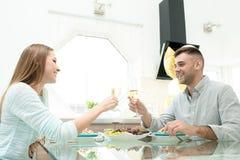 Жизнерадостные пары празднуя годовщину дома Стоковые Изображения