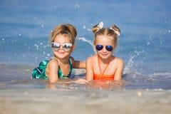 Жизнерадостные подруги играя вокруг на каникулах Стоковые Изображения