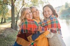 Жизнерадостные привлекательные 3 лучшего друга молодых женщин имея потеху совместно снаружи стоковые изображения rf