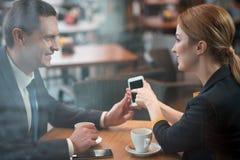 Жизнерадостные присоединенные филиалы имея бизнес-ланч в кафе Стоковые Фотографии RF