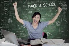 Жизнерадостные руки повышения студента в классе Стоковое Фото