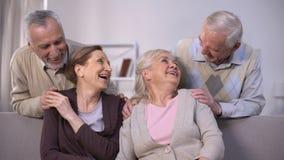 Жизнерадостные старые пары смеясь и имея полезного временем работы совместно дома, приятельство видеоматериал